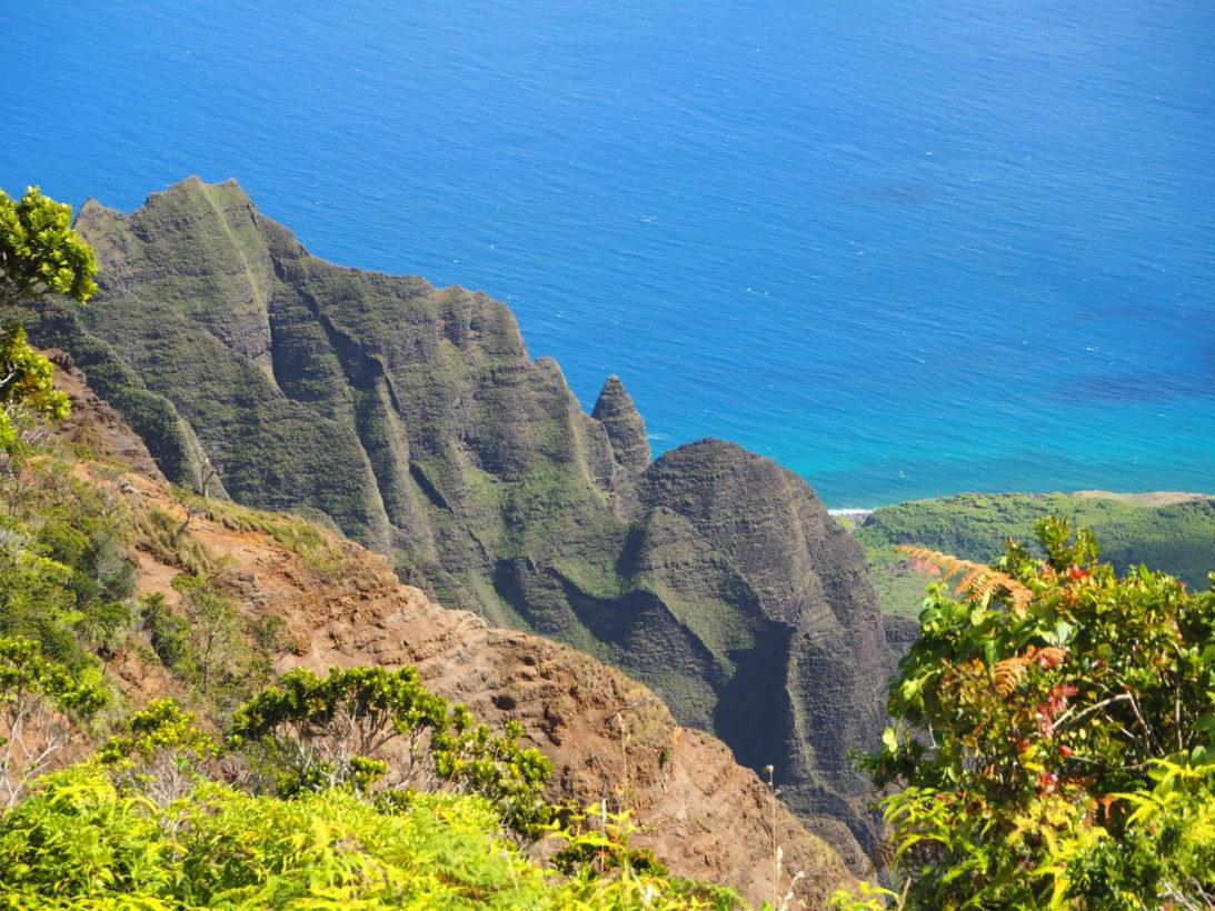 Traumhafter Blick vom Kalalau Lookout ins Tal und auf den Ozean