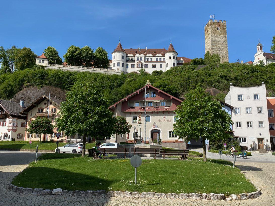 Marktplatz Neubeuern mit Schloss