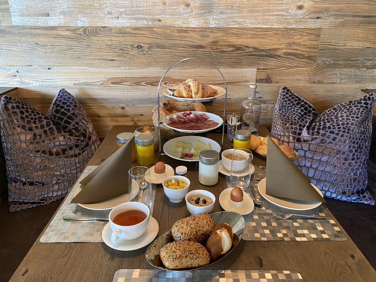 Gedeckter Frühstückstisch im Chalet