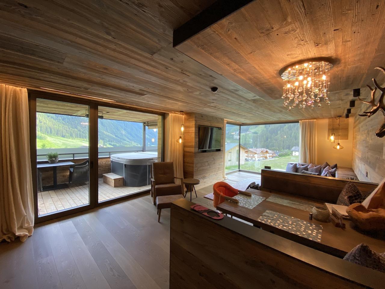 Wunderschönes Wohnzimmer mit Panoramafenster zum Tal