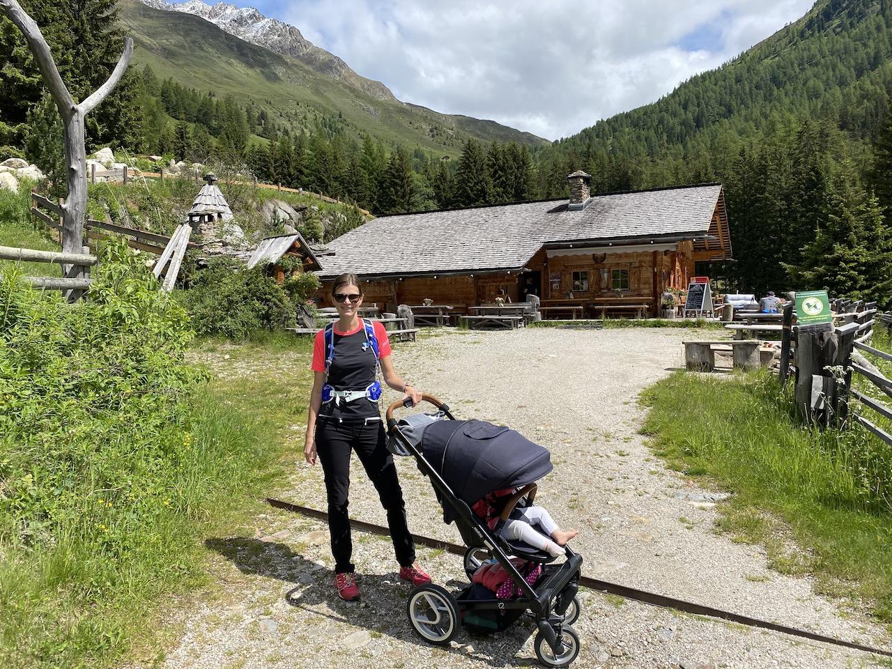 Mit Kinderwagen vor der Messnerhütte